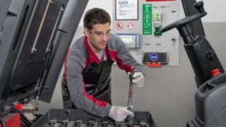 Mitarbeiter am Batterie-Serviceboard von Linde