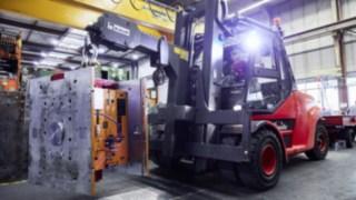 Flurförderzeuge von Linde mit Flottenmanagement-Software Linde connect im vorsichtigen Einsatz beim Automobilzulieferer SMP