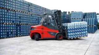 Ein E-Stapler fährt über das Gelände von Mineralquellen Wüllner GmbH und Co. KG in Bielefeld.