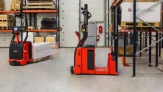 Automatisierte Stapler von Linde Material Handling mit Laser-Steuerungstechnologie.