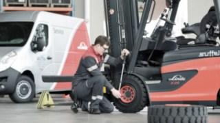 Suffel Mitarbeiter beim Reifenwechsel