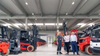 Svenja Suffel, Martin Suffel und Felix Bonnert vor Suffel-Produktportfolio
